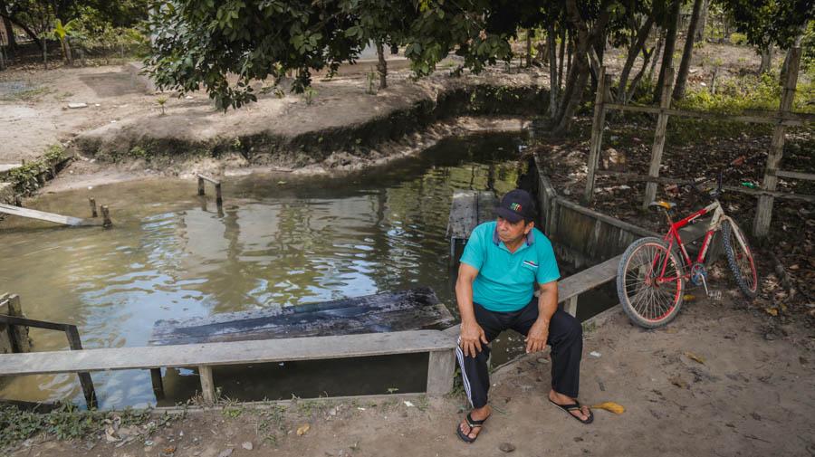 Bena em frente a um dos igarapés da região, que também geram conflitos com fazendeiros que tentam se apropriar das fontes de água. Foto: Carol Ferraz/Amigos da Terra Brasil
